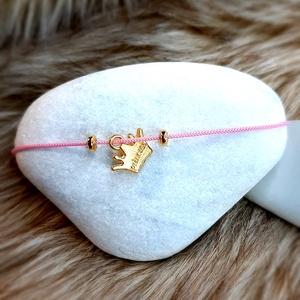 Zsinór karkötő aranyszínű Princess feliratú korona formájú medállal, Ékszer, Karkötő, Karkötő medállal, Csomózás, Ékszerkészítés, Zsinór karkötő aranyszínű Princess feliratú korona formájú medállal\n\nA karkötő csúszócsomós techniká..., Meska
