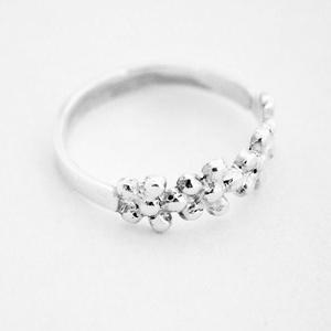 Ezüst virágos gyűrű, Vékony gyűrű, Gyűrű, Ékszer, Ékszerkészítés, Fémmegmunkálás, 925-ös ezüst\n\nkb 2 mm széles.\nÖntéssel készült, viaszból én formáltam meg, öntés után kidolgoztam. B..., Meska
