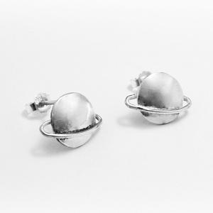 Ezüst Saturnus fülbevaló, Pötty fülbevaló, Fülbevaló, Ékszer, Ékszerkészítés, Ötvös, 925-ös ezüstből egyedileg kézzel készül a fülbevaól\n\nKörülbelül 1 cm széles.\n\nHa bármi változtatássa..., Meska