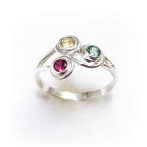 Ezüst 3 köves gyűrű, Többköves gyűrű, Gyűrű, Ékszer, Ékszerkészítés, Ötvös, Eljegyzési gyűrűnek is tökéletes! :)\nLehet kérni fehéraranyból is.\n\n925-ös ezüstből készül\n3 db szín..., Meska