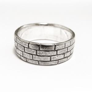 Ezüst téglás, fal gyűrű, Kerek gyűrű, Gyűrű, Ékszer, Ékszerkészítés, Ötvös, Viaszból mintázom meg a gyűrűt, utána ezüstből kiöntetem, kidolgozom és antikolom.\n\n8 mm széles\n\nRen..., Meska