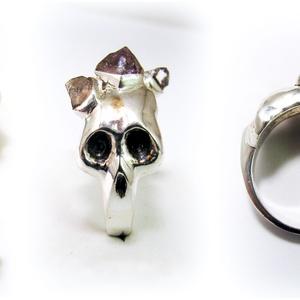 Ezüst koponya gyűrű ametisztel, Figurális gyűrű, Gyűrű, Ékszer, Ékszerkészítés, Ötvös, Viaszból mintázom meg a gyűrű alapját, utána ezüstből kiöntetem, majd a foglalatokat ráforrasztom.\n\n..., Meska