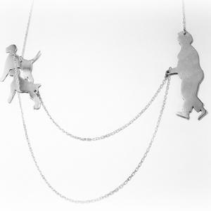 Ezüst kutyát sétáltató nő lánc, Medál nélküli nyaklánc, Nyaklánc, Ékszer, Ékszerkészítés, Ötvös, 925-ös ezüst\n\nKérésre lehet más fajta kutyát, magasabb, alacsonyabb, vékonyabb embert is kérni \n\nFON..., Meska