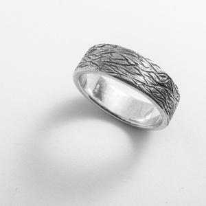 Ezüst fatörzs mintázatú 6mm széles gyűrű, Kerek gyűrű, Gyűrű, Ékszer, Ékszerkészítés, Ötvös, 6mm  széles fatörzs mintázatú gyűrű hosszanti kialakítással\n\n925-ös ezüstből készül\n\nujjméret megadá..., Meska