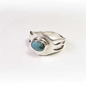 Neuron-idegsejt gyűrű türkizzel, Ékszer, Gyűrű, Ballagás, Ünnepi dekoráció, Dekoráció, Otthon & lakás, Ékszerkészítés, Ötvös, Egyedi, kézzel kifűrészelt gyűrű, benne kis türkiz\nKérésre más kővel is választhatod:\ntürkiz, hegyik..., Meska