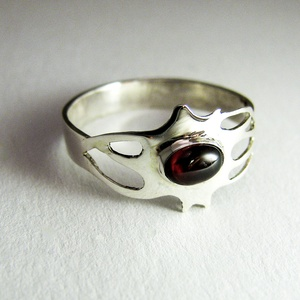Neuron-idegsejt gyűrű, Ékszer, Gyűrű, Ballagás, Ünnepi dekoráció, Dekoráció, Otthon & lakás, Ékszerkészítés, Ötvös, Egyedi, kézzel kifűrészelt gyűrű, benne kis gránit kővel.\n\nKérésre más kővel is választhatod:\ntürkiz..., Meska
