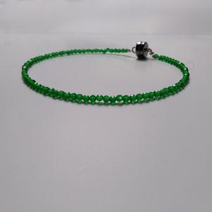Smaragd karkötő, Ékszer, Karkötő, Gyöngyös karkötő, Ékszerkészítés, Gyöngyfűzés, gyöngyhímzés, Minimalista, 2mm-es fazettált smaragd szemekből fűzött, kicsi,de erős mágnes zárral bekapcsolható, e..., Meska