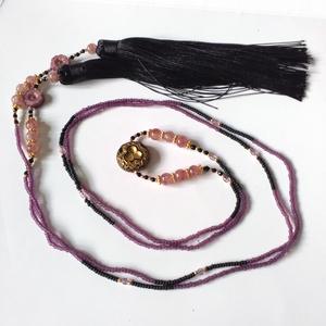 Fekete-mályva hosszú, bojtos nyaklánc , Ékszer, Nyaklánc, Bojtos nyaklánc, Ékszerkészítés, Mindenmás, Elegáns és egyedi!\nRendhagyó nyaklánc egyéniségeknek ajándék fülbevalóval ajándékfülbevalóval.\nHossz..., Meska