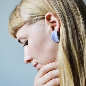 Különleges, minimál, íves, kör, lila fülbevaló/ nagy, Lógós fülbevaló, Fülbevaló, Ékszer, Gyurma, Különleges világoslila színű bedugható fülbevaló.\nFormája kör alapú, ívesen formált letisztult fülbe..., Meska