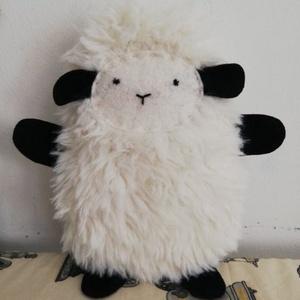 Pihe-puha bárány, Játék & Gyerek, Plüssállat & Játékfigura, Más figura, Varrás, Pihe-puha műszőrméből készült bárány, filc pofival, lábakkal, kezekkel.\nVálasztható fehér vagy feket..., Meska