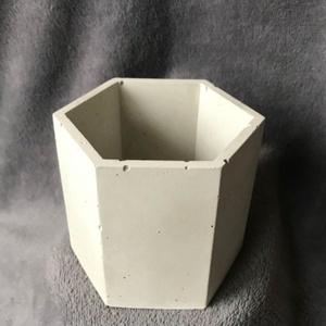 Hexagon design beton kaspó / virágtartó, Otthon & Lakás, Ház & Kert, Cserép & Kaspó, Mindenmás, Egyedi kézzel készített beton kaspó kisebb növényeknek, kültérre és beltérre egyaránt.\n\nMagasság: ~8..., Meska