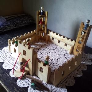 Fából készült vár, Gyerek & játék, Játék, Fajáték, Famegmunkálás, Növényi olajjal színezett vár katonákkal ágyúval kicsiknek nagyoknak egyaránt. méretei: 12-es rétege..., Meska