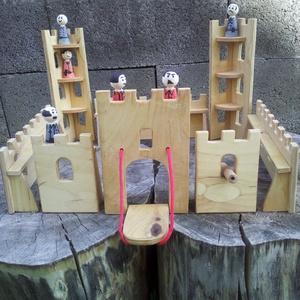 Fából készült vár, Építőjáték, Játék & Gyerek, Famegmunkálás, Növényi olajjal színezett vár katonákkal ágyúval kicsiknek nagyoknak egyaránt. méretei: 12-es rétege..., Meska