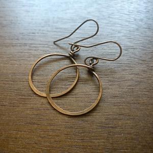 Rusztikus kalapált réz kerek fülbevaló, Ékszer, Fülbevaló, Ékszerkészítés, Fémmegmunkálás, Rusztikus fülbevaló, ami kihangsúlyozza a réz szépségét. Réz drótból hajlítottam a fülbevalót, amit ..., Meska