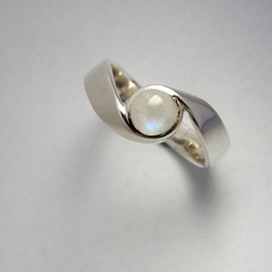 Holdkőölelés, Ékszer, Gyűrű, Ötvös, Ékszerkészítés, Ez egy féldomború csiszolású holdköves gyűrű 925-ös finomságú ezüstből. A képen látható kő 5,5 mm át..., Meska