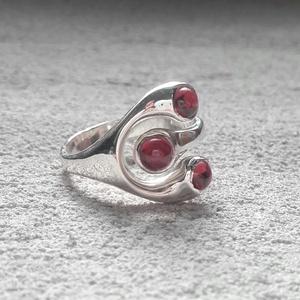Hármas ölelés nyitott gyűrű - Gránát, Többköves gyűrű, Gyűrű, Ékszer, Ötvös, Ékszerkészítés, Ennél a nem hétköznapi formájú ezüst gyűrűnél két sötétvörös természetes gránát kő ölel körbe egy ha..., Meska