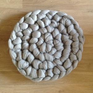 Merino gyapjú horgolt szőnyeg, Otthon, lakberendezés, Dekoráció, Lakástextil, Szőnyeg, Horgolás, Szuper vastag merino gyapjú fonalból horgolt szőnyeg. A szőnyeg vastagsága 5 cm, átmérője 53 cm. Tö..., Meska