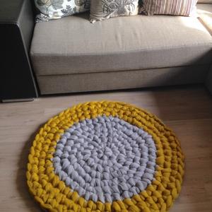 Merino gyapjú horgolt szőnyeg sárga szürke, Dekoráció, Otthon, lakberendezés, Lakástextil, Szőnyeg, Horgolás, Vastag, puha merino gyapjú fonalból horgolt szőnyeg. A szőnyeg vastagsága 3 cm, átmérője 96 cm.  Mu..., Meska