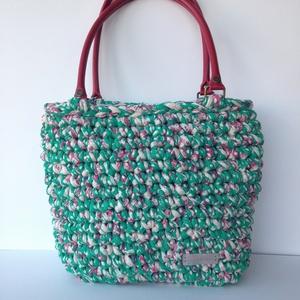Horgolt táska zöld pöttyös pólófonalból, Ruha, divat, cipő, Táska, Válltáska, oldaltáska, Horgolás, Újrahasznosított, vastag, puha pamut pólófonalból horgoltam ezt a közepes méretű tavaszi/nyári váll..., Meska