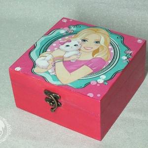 Barbie-s és balerinás doboz, Lakberendezés, Otthon & lakás, Tárolóeszköz, Doboz, Gyereknap, Ünnepi dekoráció, Dekoráció, Decoupage, transzfer és szalvétatechnika, Szélesség: 15 cm\nMagasság: 8 cm\nHosszúság: 15 cm\n\nDecoupage technikával készült.\n\nKöszönöm, hogy ben..., Meska