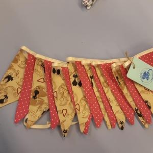 Zászló girland cica mintával, Otthon & Lakás, Lakástextil, Varrás, Zászlós girland cica mintával.\n\nCsodás ajándék, ami a lakás dísze lehet. \n\n3 méter hosszú, 16 db zás..., Meska