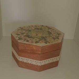 Nyolcszögletű tároló, Dekoráció, Otthon & lakás, Lakberendezés, Tárolóeszköz, Doboz, Decoupage, transzfer és szalvétatechnika, Nyolcszögletű fa doboz.\n\nIdeális lehet akár ékszerek részére \n\nKöszönöm, hogy benéztél! :)..., Meska