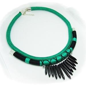 Smaragdzöld-fekete fonal nyakék, Ékszer, Nyaklánc, Ékszerkészítés, Smaragdzöld-fekete fonal nyakék tüske díszítéssel, Meska