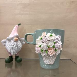 Virágos bögre , Esküvő, Nászajándék, Otthon & lakás, Egyéb, Gyurma, Meseszép bazsarózsák és rózsák ékesítik a virágcsokrot.\nKézzel készített termék: gyurma használatáva..., Meska