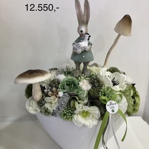 Tavaszi asztaldísz nyuszis, Otthon & lakás, Dekoráció, Ünnepi dekoráció, Húsvéti díszek, Dísz, Virágkötés, Tavaszi asztaldísz,melyet virágok,termések,szalagok és kerámia figura teszi igazán bájossá. Hossza:..., Meska