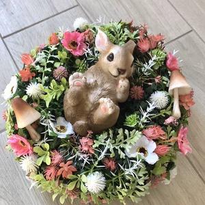 Tavaszi/húsvéti kopogtató, Otthon & lakás, Dekoráció, Ünnepi dekoráció, Húsvéti díszek, Dísz, Virágkötés, Tavaszi kopogtató,melyet virágok,termések és kerámia figura teszi igazán bájossá.\nÁtmérője :30cm\n\nHa..., Meska