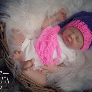 Kötött  baba sapka   fotózásra újszülött  méret, Gyerek & játék, Táska, Divat & Szépség, Gyerekruha, Ruha, divat, Baba (0-1év), Varrás, Kötés, Kézzel kötött babasapka . \nFotózásra, vagy ajándéknak is kiváló választás \n \nEgyedi darab- (nem kész..., Meska