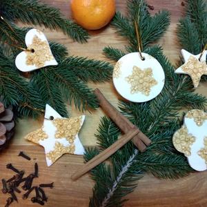 Karácsonyfadísz / ajándékkísérő / karácsonyi dekoráció levegőn száradó gyurmából, Karácsony & Mikulás, Karácsonyi dekoráció, Festett tárgyak, Gyurma, Szódabikarbóna, keményítő keverékéből készítettem ezeket a kis dombornyomott dísztárgyakat. Arany sz..., Meska
