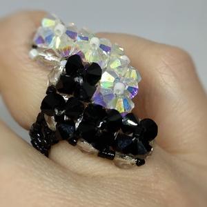 Különleges fekete-fehér gyöngy gyűrű, Ékszer, Gyűrű, Gyöngyös gyűrű, Gyöngyfűzés, gyöngyhímzés, Csiszolt üveggyöngyből és delica gyöngyből készült különleges gyűrű, melynek csillogása feldobja a v..., Meska