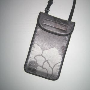 Ezüstös Mobiltok állítható pánttal fehér-szürke-ezüst, Táska & Tok, Pénztárca & Más tok, Telefontok, Varrás, Egyedi, igényesen elkészített mobiltartó telefontok brokát anyagból. Tökéletesen illeszkedik az iPho..., Meska