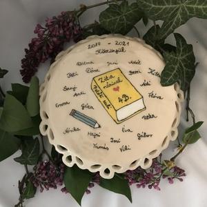 Ballagási sütemény kínáló egyedi felírattal, Művészet, Szobor, Kerámia, Kerámia, Egyedi, kézzel készített és festett kerámia ballagási ajándék. Nem csak mutatós, de hasznos is lehet..., Meska