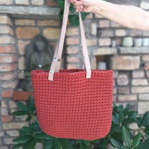 Téglavörös horgolt táska, Téglavörös zsinórfonalból horgoltam ezt a táskát.\nNude, bőr füle patenttal állítható és levehető, íg..., Meska