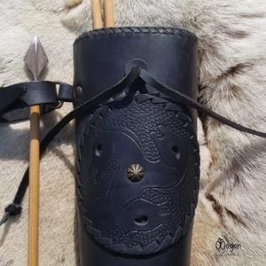 Fekete Hun tegez vésett, poncolt lovas motívummal , Táska, Divat & Szépség, Férfiaknak, Magyar motívumokkal, Hagyományőrző ajándékok, Horgászat, vadászat, Alj: kör alakú 7cm átmérő, 2cm vastag fenyő Teteje átmérő: 9,5cm Magasság: 54cm Befogadóképesség: 20..., Meska