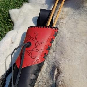 Fekete-piros Kun háti Tegez égetett Kelta nap szimbólummal, Tegez, Pénztárca & Más tok, Táska & Tok, Bőrművesség, Famegmunkálás, Kézzel mintázott és pirografiai technikával készült háti tegez. Kérhető oldal tegezként avagy multif..., Meska