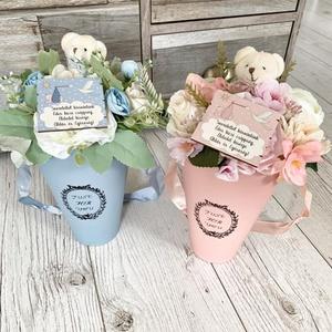 Babaköszöntő ajándék virágtölcsér kisfiúnak, Gyerek & játék, Baba-mama kellék, Otthon & lakás, Dekoráció, Dísz, Virágkötés, Kb 25 cm magas és 8 cm átmérőjű selyemvirágokból macifigurával és kedves felirattal készített babakö..., Meska