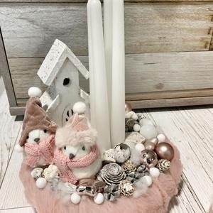 Púderszínű madárkás adventi asztalidísz, Otthon & Lakás, Karácsony & Mikulás, Adventi koszorú, Virágkötés, 25 cm-es púderszínű szőrmével bevont alapra készült madárkás faházikós karácsonyi asztali dísz azonn..., Meska