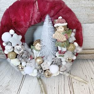 Nosztalgia karácsonyi kopogtató, Otthon & Lakás, Karácsony & Mikulás, Karácsonyi kopogtató, Virágkötés, 25 cm bordó szőrmés alapra készült nosztalgia figurás adventi kopogtató azonnal megvásárolható...., Meska