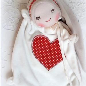 Szívecskés manócska - alvókendő, Játék & Gyerek, 3 éves kor alattiaknak, Alvóka & Rongyi, Baba-és bábkészítés, Patchwork, foltvarrás, A teste 24x24 cm.\nA sapija és háta pasztell barna,  a hasa törtfehér plüss.\nPici gyerekek kedvence, ..., Meska
