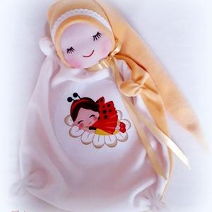 Katicás alvókendő, Játék & Gyerek, 3 éves kor alattiaknak, Alvóka & Rongyi, Baba-és bábkészítés, Patchwork, foltvarrás, A teste 25x25 cm, törtfehér és napsárga pihe- puha bébiplüssből készült.\n\nJan.1.-től az aktuális pos..., Meska