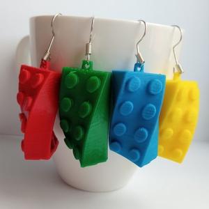 LEGO kocka jellegű fülbevaló, Lógós fülbevaló, Fülbevaló, Ékszer, Ékszerkészítés, Egyedi, ultra könnyű, csavart LEGO építőkocka formájú függő fülbevaló. Mérete: 3cm\nAz elektronikus f..., Meska