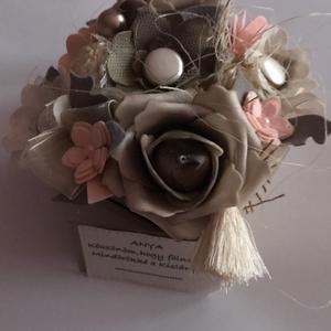 Vintage-Virágbox, Esküvő, Virágkötés, Mindenmás, Vintage stílusú Virágbox-om csipkevirágokból,filcvirágokból és habrózsákból alkot egyedi megjelenést..., Meska