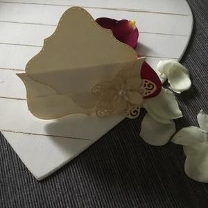 Esküvői -Ültetőkártya, Esküvő, Meghívó, ültetőkártya, köszönőajándék, Papírművészet, Domborított és Vágott technikával készültek az ültetőkártyák,ecrü és ecrü-fehér színben.\nA kártyák t..., Meska