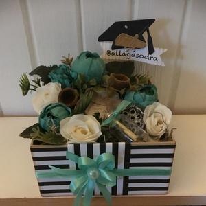 Ballagási Pénzátadó Virág-box, Otthon & lakás, Dekoráció, Egyéb, Ünnepi dekoráció, Ballagás, Virágkötés, Nemezelés, Minőségi selyemvirágokkal,zuzmóval,szárított termésekkel és Gratulációs táblával díszítettem ezt a k..., Meska
