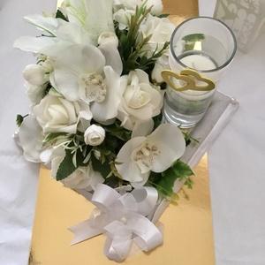 """""""Hófehér""""-Esküvői Főasztaldísz,Asztaldísz Gyertyatartóval-, Esküvő, Dekoráció, Asztaldísz, Virágkötés, Fehér és Tört fehér örökvirágok(liliom,orchidea,angol rózsa)és Habrózsák alkotják Asztaldíszemet mel..., Meska"""