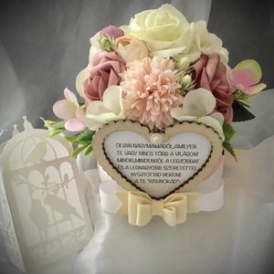 """""""KÖSZÖNET""""-Nagymama Köszöntő Virágbox-Esküvő,Születésnap,Köszöntő-, Esküvő, Emlék & Ajándék, Köszönőajándék, Decoupage, transzfer és szalvétatechnika, Virágkötés, Papírdobozkát díszítettem-Örökvirágokkal,Habrózsákkal és Üdv.Fa táblával-Pasztellos színvilág.\n\nSzív..., Meska"""