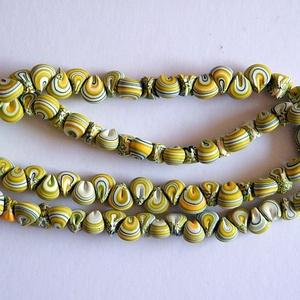 Tavasz nyaklánc süthető gyurmából, Hosszú nyaklánc, Nyaklánc, Ékszer, Ékszerkészítés, Gyurma, Fehér, sárga és többféle zöld FIMO ékszergyurmából apró (kb. 1 cm-es) kagyló formájú gyöngyöket kész..., Meska
